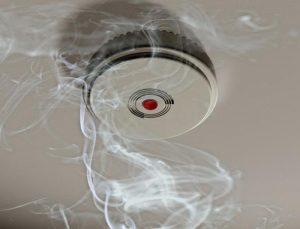 Дымовой извещатель в помещении