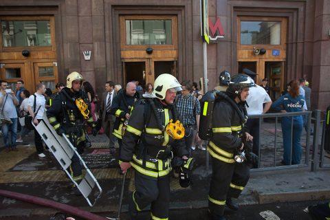 пожарные выходят из здания