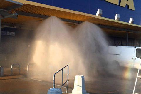 Действие системы пожаротушения тонкораспыленной водой на парковке