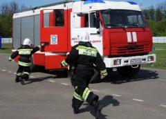 Пожарные бегут к машине