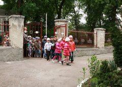 Эвакуация детей да ворота школы