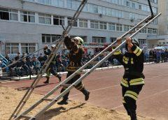 Пожарные с ручными пожарными лестницами