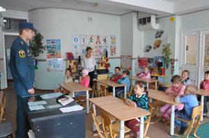 Беседа сотрудника МЧС с детьми в садике