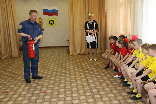 Сотрудник МЧС показывает принцип работы огнетушителя