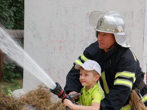 Ребенок играет в спасателя