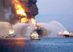Пожарное судно помогает тушить пожар