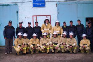 Добровольная пожарная дружина вместе с пожарниками