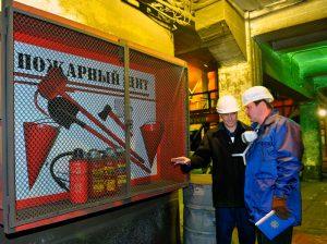 Правильно установленный пожарный щит на заводе