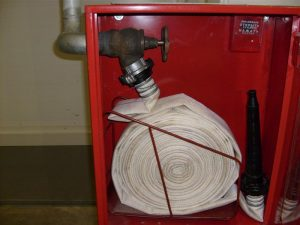 Установленный пожарный шкаф