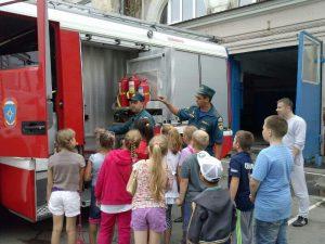 Школьникам показывают пожарное оборудование