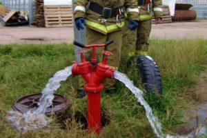 Пожарный гидрант в действии