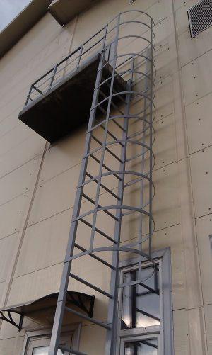 Наружная пожарная лестница: типы и особенности конструкций 130